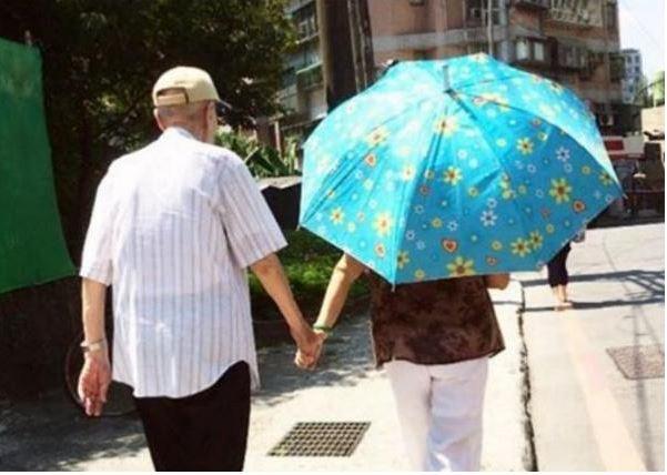 高齡95歲的失智老爺爺儘管身體不好還是要出門接老婆,結果老婆看到他時....網友都哭了!