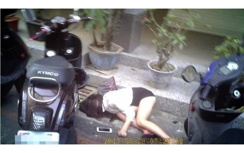 幫醉倒路邊的短裙辣妹叫救護車,結果一抬腿...底褲露一半!現場警察都好害羞!